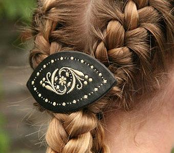 Haarspange mit Federkiel Stickerei